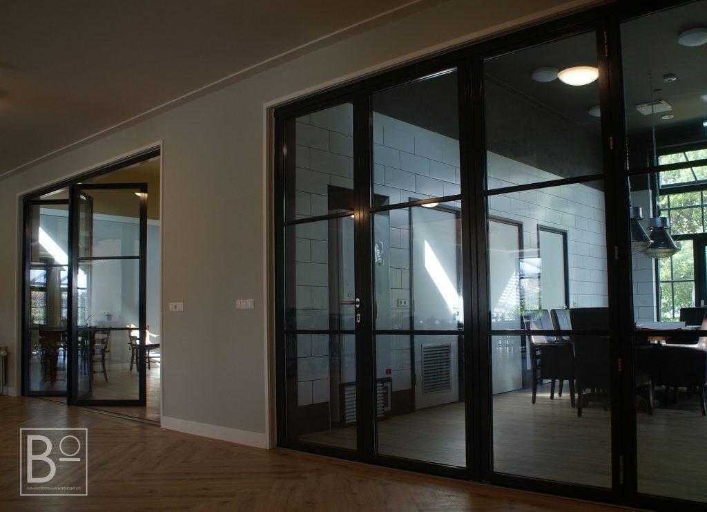 Glazen wanden binnen geven ruimtelijk effect