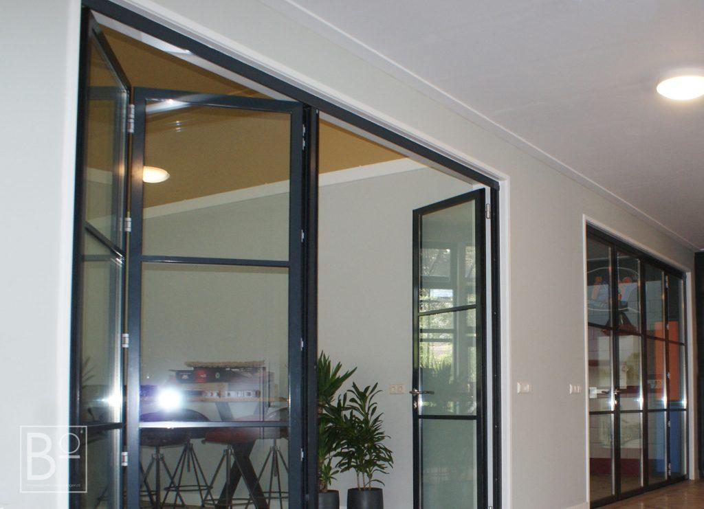 glazen vouwwanden interieur bij een project van BO