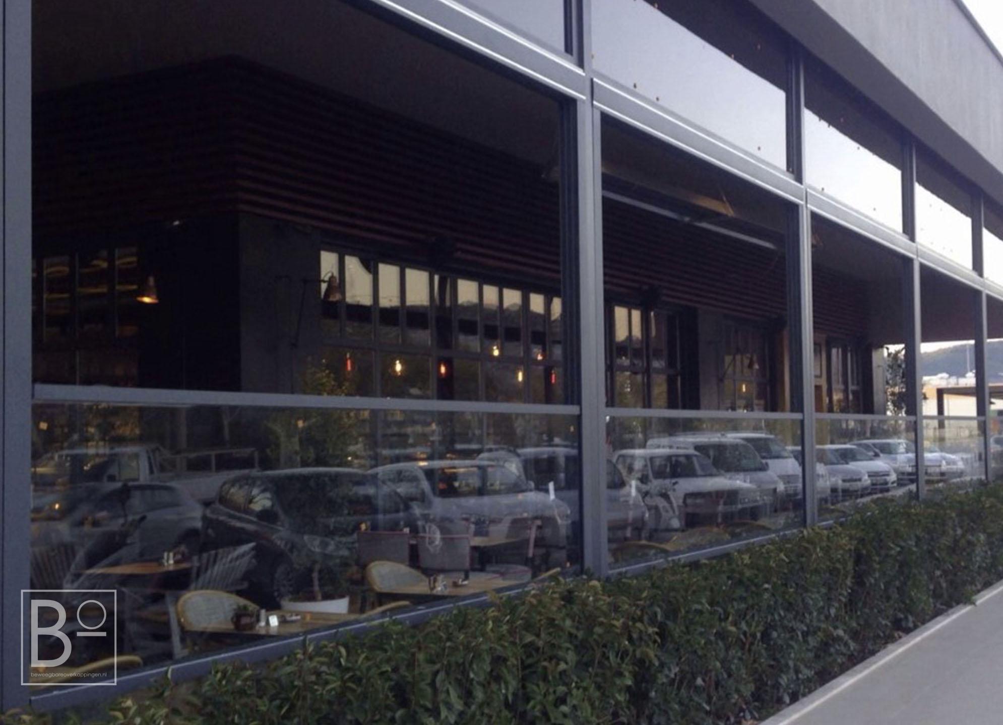 Horizontale glazen terrasschermen die beweegbaar zijn